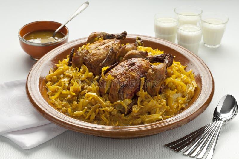 Cuscus marocchino con il pollo e le cipolle caramellate immagini stock