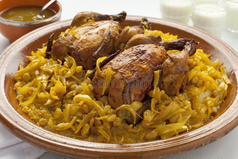 Cuscus marocchino con il pollo e le cipolle caramellate fotografia stock libera da diritti