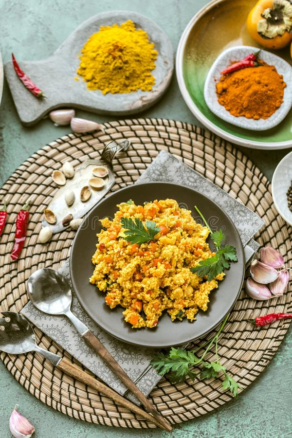 Cuscus vegetariano casalingo delizioso con i pomodori, carote, z immagine stock
