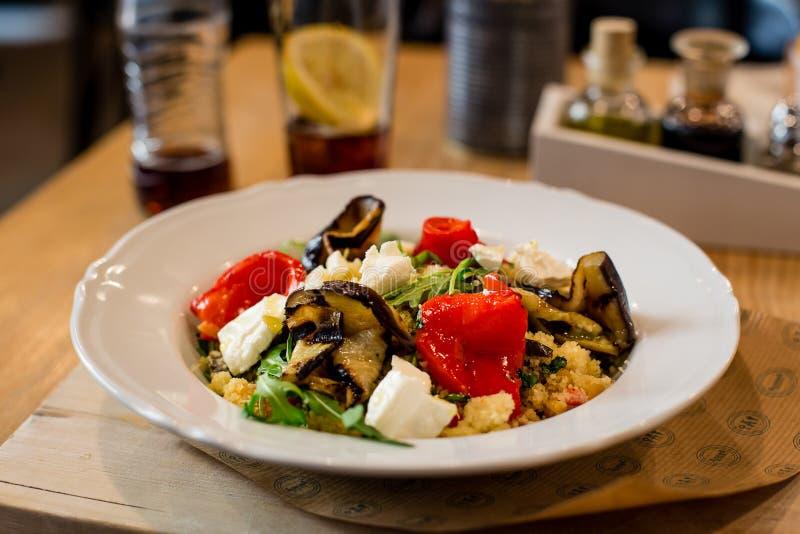 Cuscuz marroquino com o vegetal na placa branca, alimento gourmet de vista lindo fotos de stock royalty free