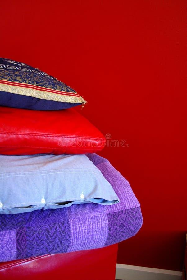 cushions den röda väggen royaltyfri bild