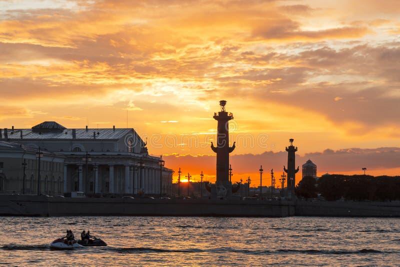 Cuspe do panorama de Vasilyevsky Island no por do sol, St Petersburg imagem de stock royalty free