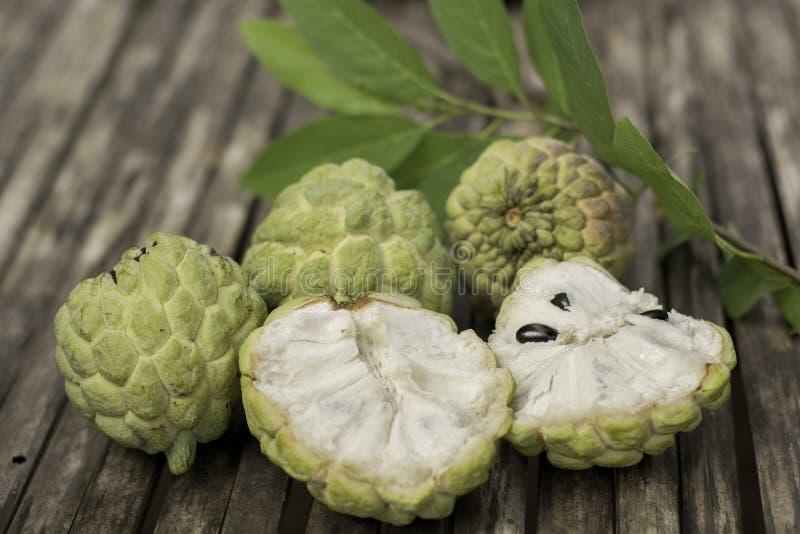 Custard jabłka owoc na bambusowym drewno stole, zbliżenie obrazy stock