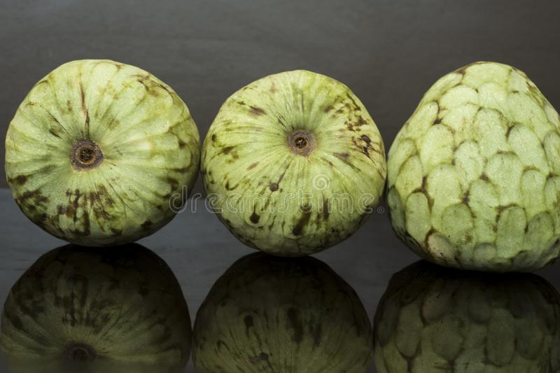 Custardappel, tropisch fruit op de droge achtergrond, met reflecties royalty-vrije stock afbeelding