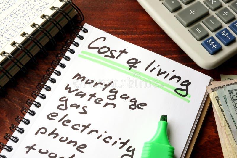 Custo de vida escrito em um caderno imagem de stock royalty free