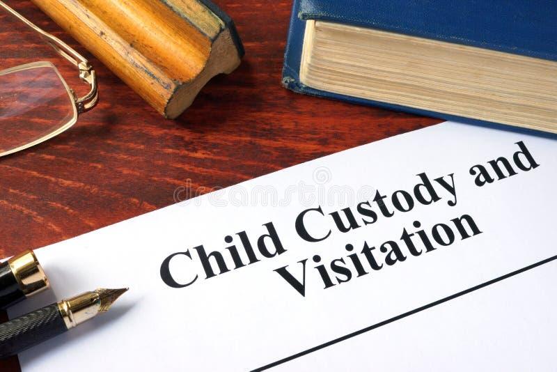 Custodia de los hijos y Visitation escritos en un papel imágenes de archivo libres de regalías
