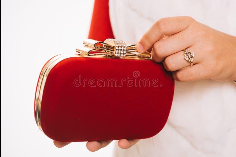 Custodia de todo el esencial para dar Bolso dise?ado con los diamantes artificiales Bolso de embrague en manos femeninas Mini bol imagenes de archivo
