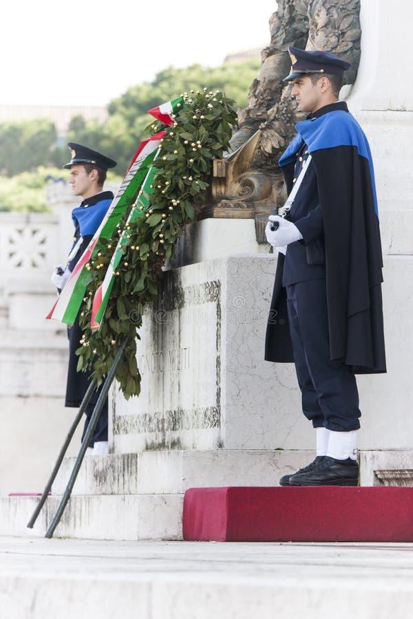 Custodica Ceremonial Altar della patria a Roma (vittoriano) con il fucile fotografia stock libera da diritti