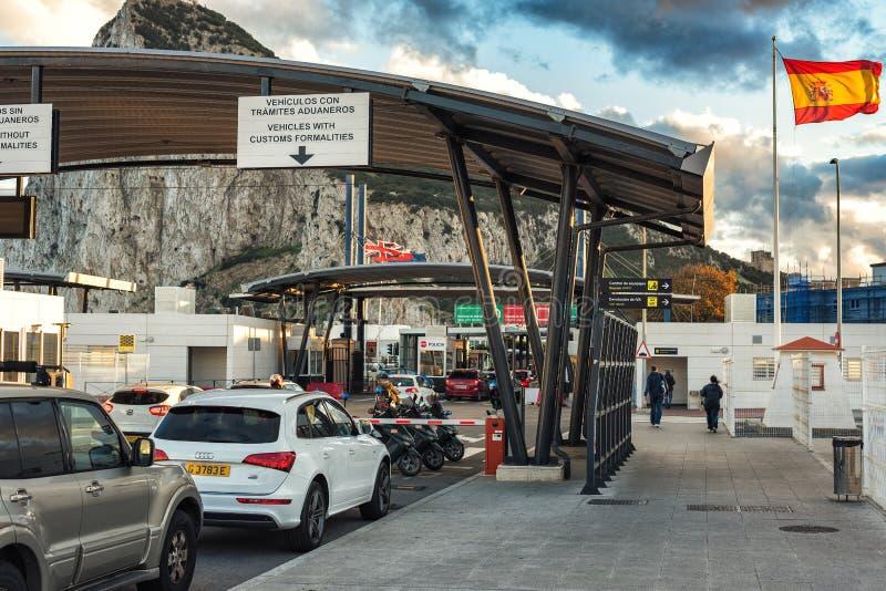 Customs kontrolny punkt przy hiszpańszczyznami graniczy w LaLinea miasteczku Skała Gibraltar przy tłem - Brytyjski nadzoruje tery zdjęcia stock