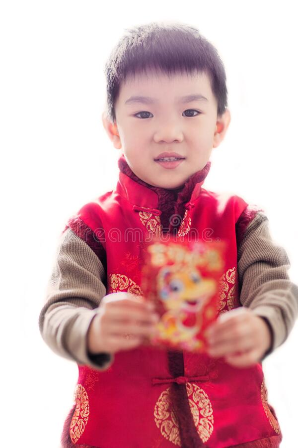 Cute-asiatische Kinder, die eine rote Hülle halten, feiern chinesisches Neujahr stockfotografie