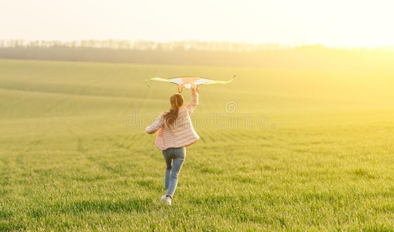Cute girl latająca jasnym latawcem obraz royalty free