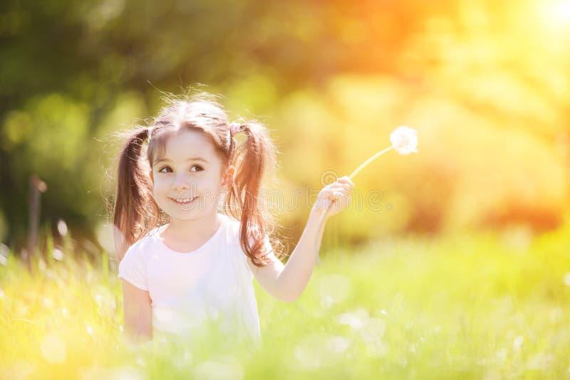 Cute kleine Mädchen spielen im Park Schöne Naturlandschaft mit farbenfarbenprächtigem Hintergrund in der Sommer- oder Frühsommer- stockfoto