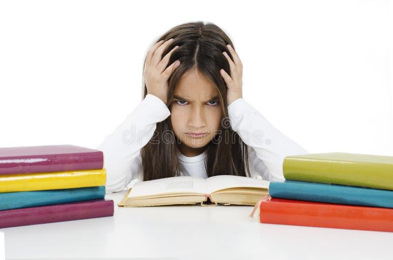 Cute Little Girl har svårt att göra läxor. arkivfoto
