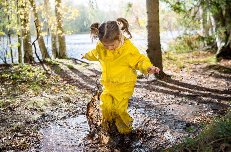 Девушки прыгают в грязь