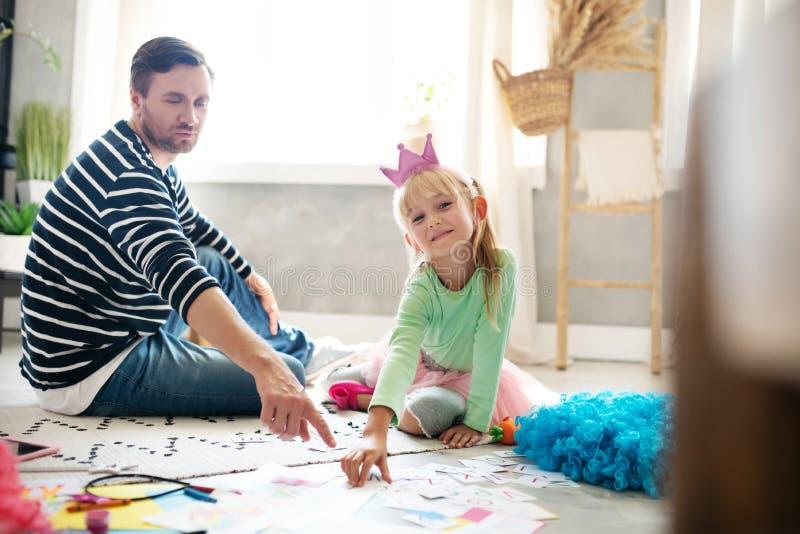 Cute-Mädchen fühlt sich am Lernen mit Papdy beteiligt stockfotos