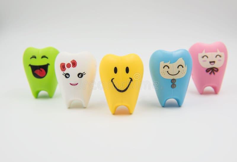 Cute modelo colorido juega los dientes en odontología en un fondo blanco imagenes de archivo