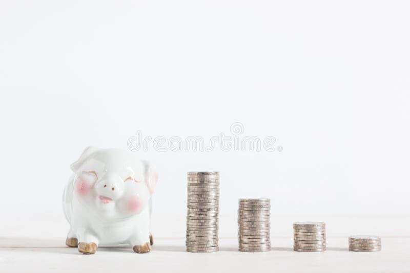 Cute Piggybank mit Geldmünzturm lizenzfreies stockfoto