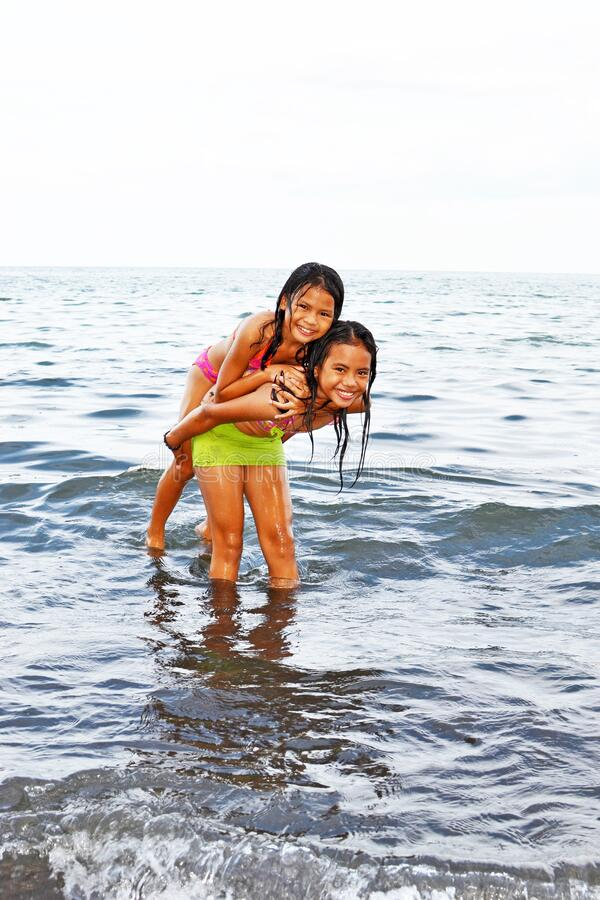 Free Cute Sisters Play Inside The Ocean Royalty Free Stock Photo - 218191775