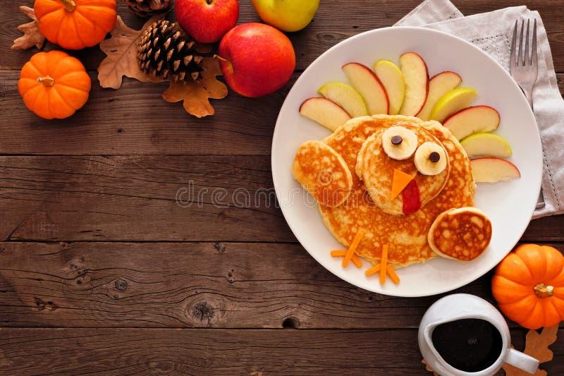 Cute Thanksgiving kalkoenpannenkoeken, bovenaanzicht hoekgrens tegen een rotsachtige achtergrond stock afbeelding