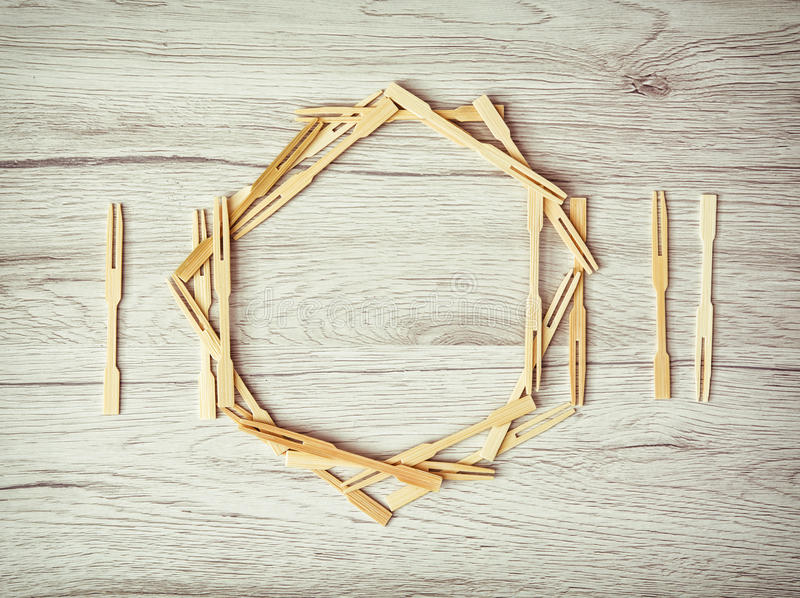 Cutelaria com a placa dos palitos no fundo de madeira fotografia de stock royalty free
