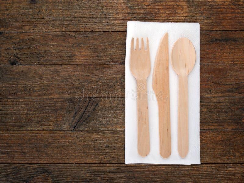 Cutelaria descartável de madeira ecológica na placa rústica imagens de stock royalty free