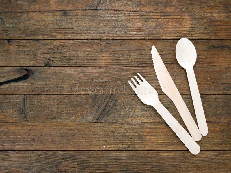 cutelaria descartável Eco-amigável na tabela de madeira rústica imagens de stock