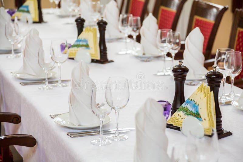 Cutelaria nas tabelas no restaurante foto de stock