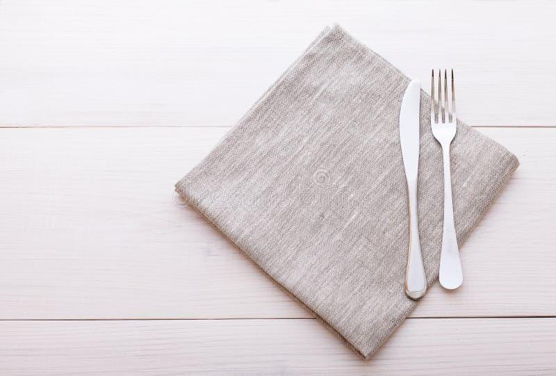 Cutelaria, toalha de mesa na tabela de madeira branca para imagens de stock