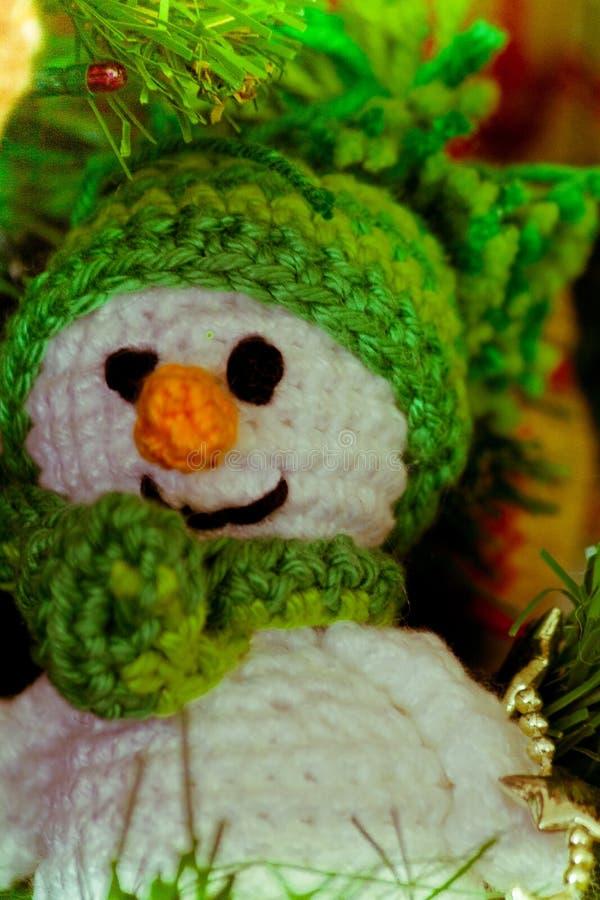 Cuteness del muñeco de nieve de Enamigurumi en color verde fotos de archivo