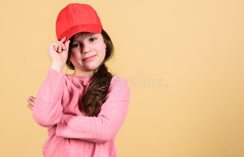 Cutie στην ΚΑΠ Μοντέρνο εξάρτημα   Αίσθημα βέβαιος με αυτήν την ΚΑΠ Χαριτωμένη ένδυση ΚΑΠ παιδιών κοριτσιών ή snapback καπέλο στοκ εικόνες