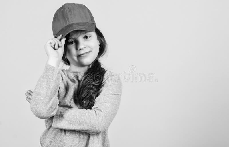 Cutie στην ΚΑΠ Μοντέρνο εξάρτημα Μόδα παιδιών Αίσθημα βέβαιος με αυτήν την ΚΑΠ Χαριτωμένη ένδυση ΚΑΠ παιδιών κοριτσιών ή snapback στοκ φωτογραφία με δικαίωμα ελεύθερης χρήσης