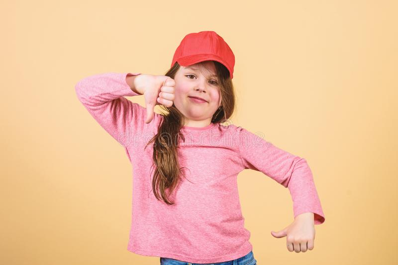 Cutie στην ΚΑΠ Μόδα παιδιών Χαριτωμένη ένδυση ΚΑΠ παιδιών κοριτσιών ή snapback μπεζ υπόβαθρο καπέλων Φθορά μικρών κοριτσιών φωτει στοκ εικόνες