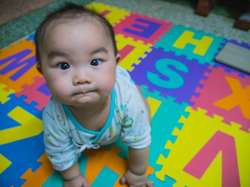 Cutie behandla som ett barn den stiliga asiatet arkivfoton
