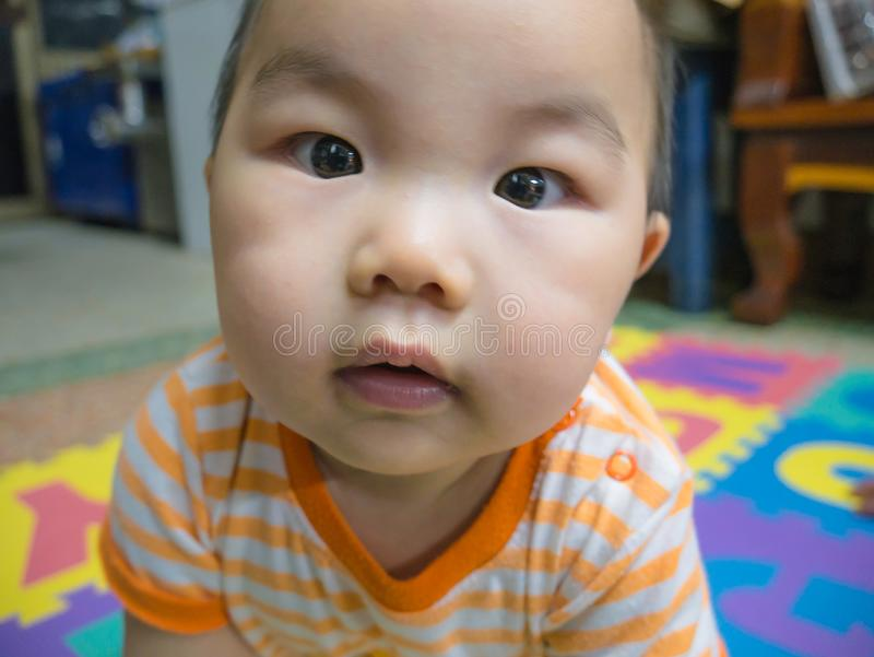 Cutie behandla som ett barn den stiliga asiatiska pojken arkivfoto