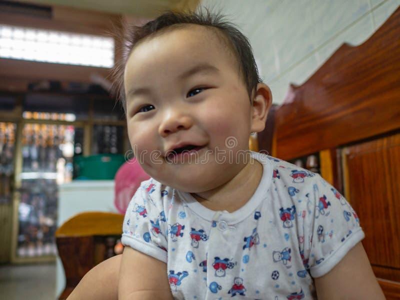 Cutie behandla som ett barn den stiliga asiatiska pojken royaltyfria foton