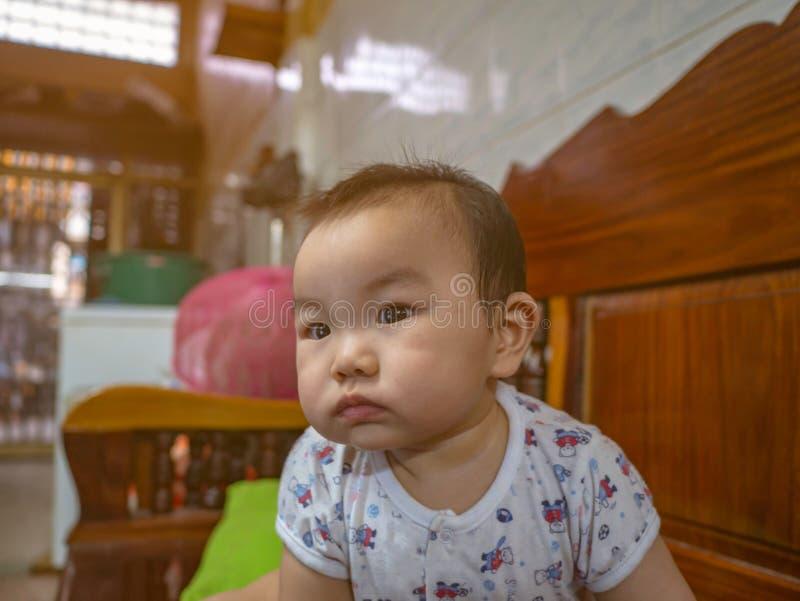 Cutie behandla som ett barn den stiliga asiatiska pojken royaltyfria bilder