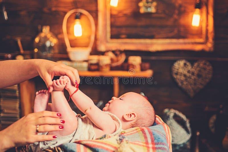 Cutie com mam? Fam?lia Puericultura O dia das crian?as Menina pequena com cara bonito parenting inf?ncia e felicidade imagens de stock