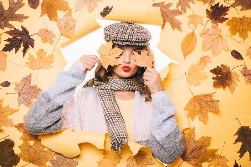 Cutie de moda Complementos bonitos del otoño del desgaste de mujer Tendencias casuales de la moda para la caída Mirada de la much fotografía de archivo