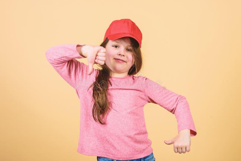 Cutie in der Kappe Kindart und weise Der Abnutzungs-Kappe des M?dchens netter Kinderbeige Hintergrund oder des Hysteresenhutes We stockbilder