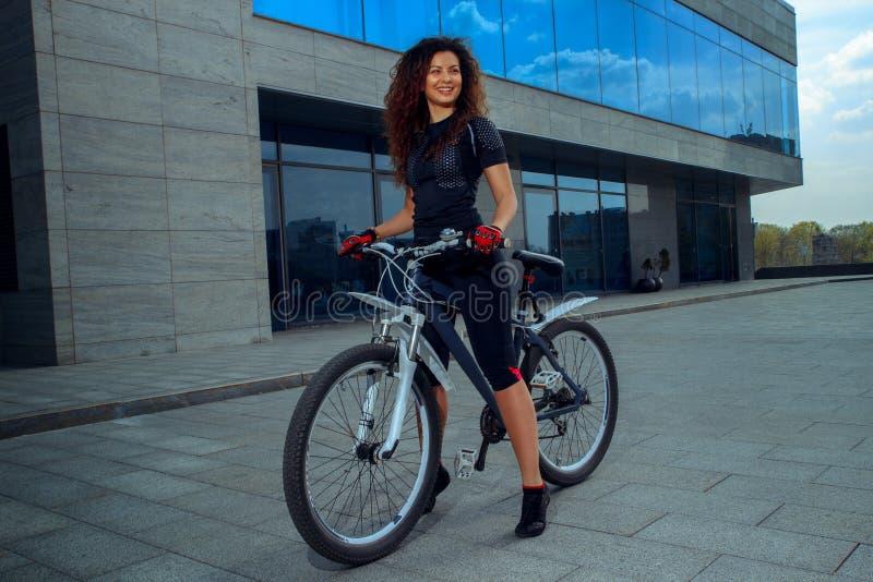 Cutie młoda brunetka na rowerowy ono uśmiecha się zdjęcie royalty free