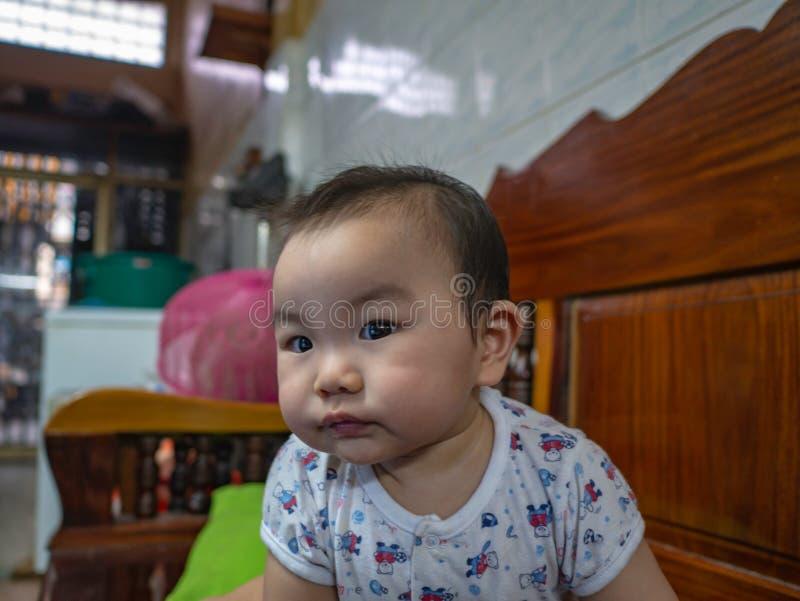 Cutie och den stiliga asiatiska pojken behandla som ett barn eller spädbarnet arkivbilder