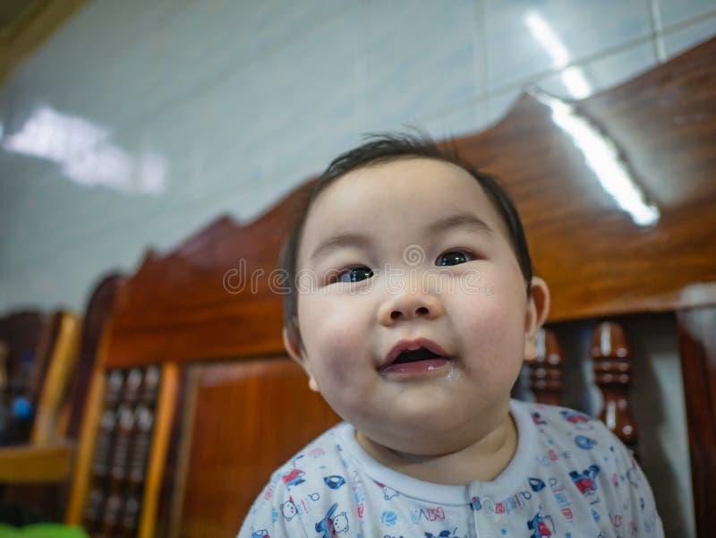 Cutie och den stiliga asiatiska pojken behandla som ett barn eller spädbarnet arkivbild