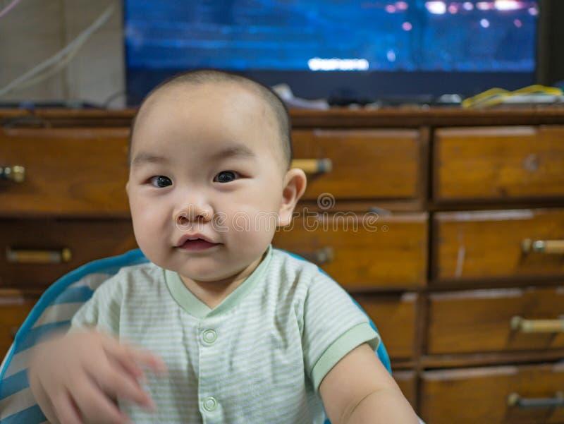 Cutie och den stiliga asiatiska pojken behandla som ett barn eller spädbarnet arkivfoto