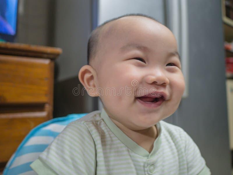 Cutie och den stiliga asiatiska pojken behandla som ett barn eller spädbarnet royaltyfria foton