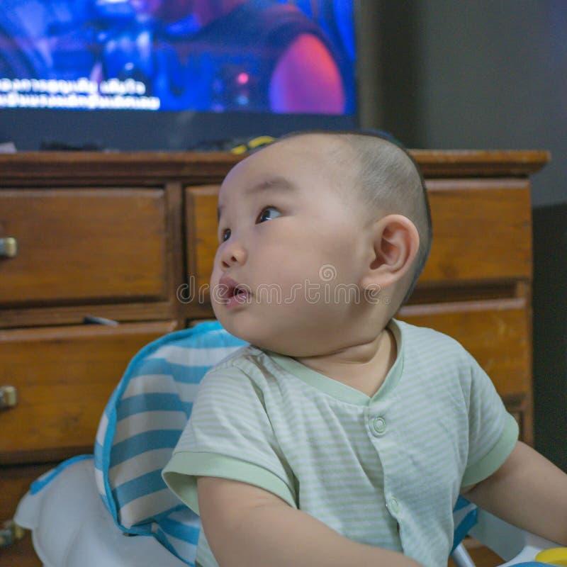 Cutie och den stiliga asiatiska pojken behandla som ett barn eller spädbarnet royaltyfri fotografi