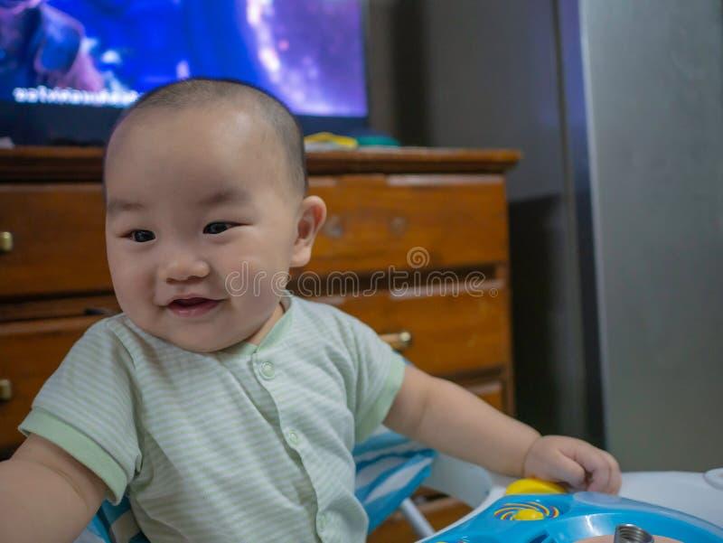 Cutie och den stiliga asiatiska pojken behandla som ett barn eller spädbarnet royaltyfri foto