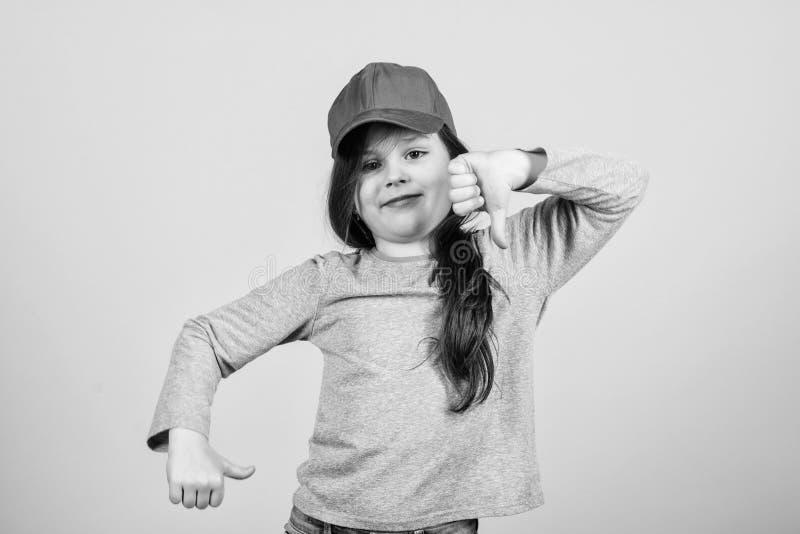 Cutie w nakr?tce moda dzieci Dziewczyny dziecka odzie?y ?liczna nakr?tka lub snapback kapeluszowy be?owy t?o Ma?ej dziewczynki by obraz royalty free