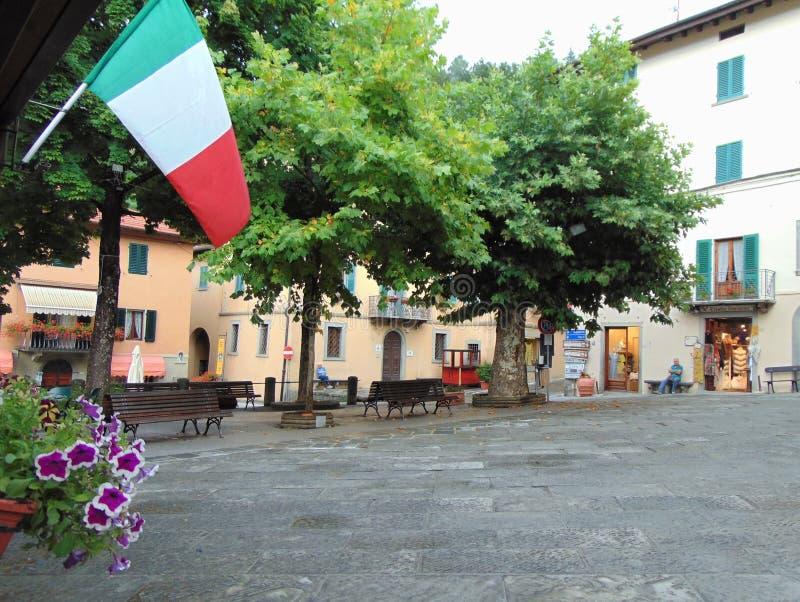 Cutigliano, Тоскана, Италия, взгляд центральной площади городка летом стоковые изображения rf