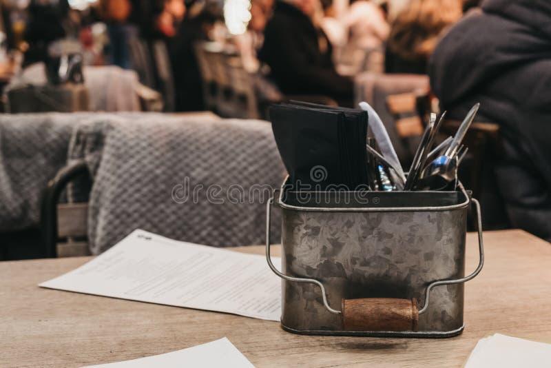 Cutlery Caddy auf einem Tisch im Freien eines Restaurants lizenzfreies stockfoto