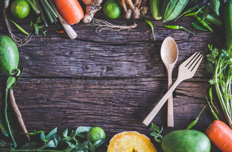 Cutlery drewna set i Świeży warzywo na drewnianym stole zdjęcia royalty free